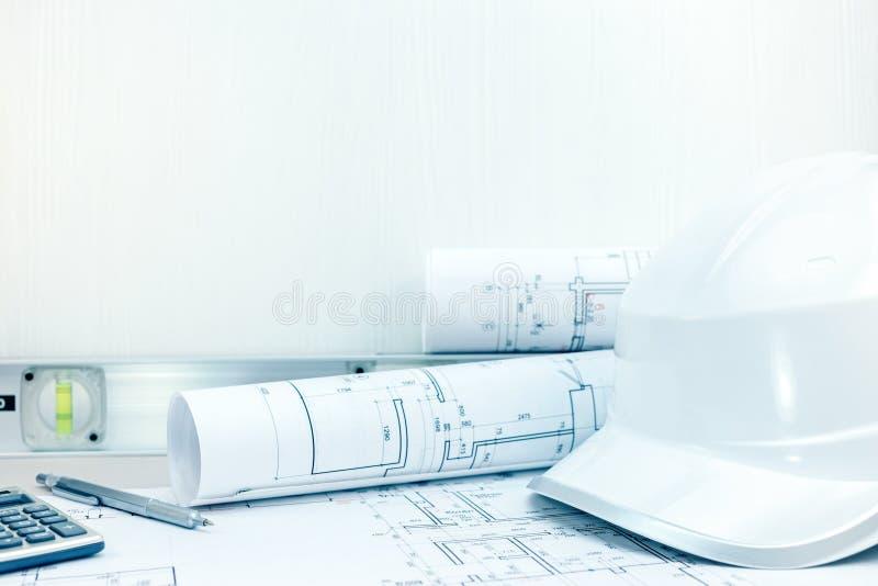 Чертежи инженерства проектируют, инструменты, шлем безопасности на таблице стоковая фотография rf