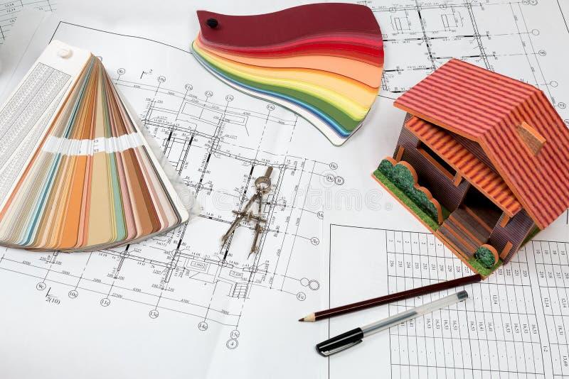 Чертежи на столе инженерства ` s архитектора стоковые изображения
