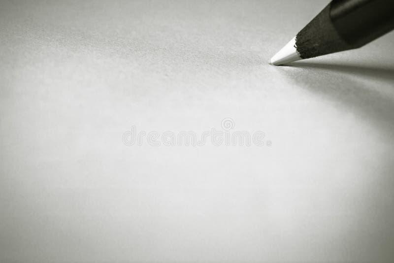 чертеж карандаша цвета художнической черноты концепции деревянный белый на белой бумаге стоковая фотография