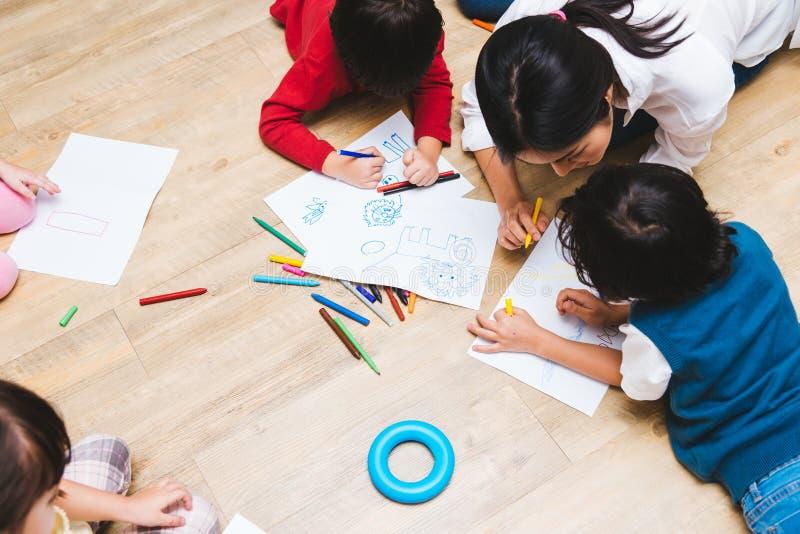 Чертеж краски детского сада мальчика и девушки ребенк группы детей семьи взгляда сверху счастливый на peper с образованием учител стоковые изображения