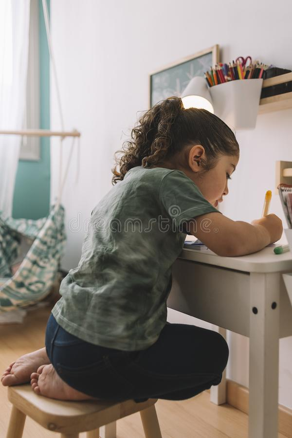 Чертеж маленькой девочки с отметками на ее комнате стоковые фотографии rf