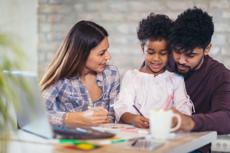 Чертеж мамы и папы с их дочерью стоковое изображение rf