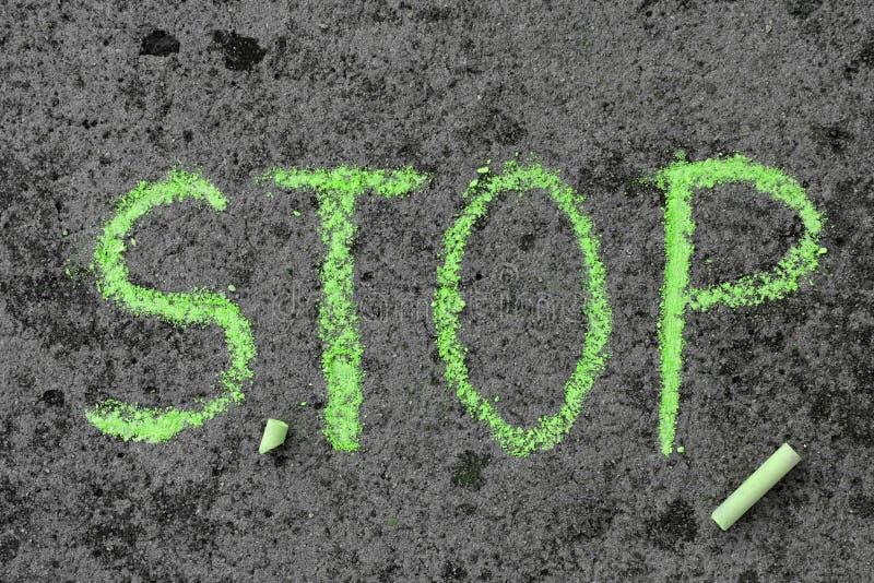 Чертеж мела: зеленое слово СТОП и части мела стоковые фотографии rf