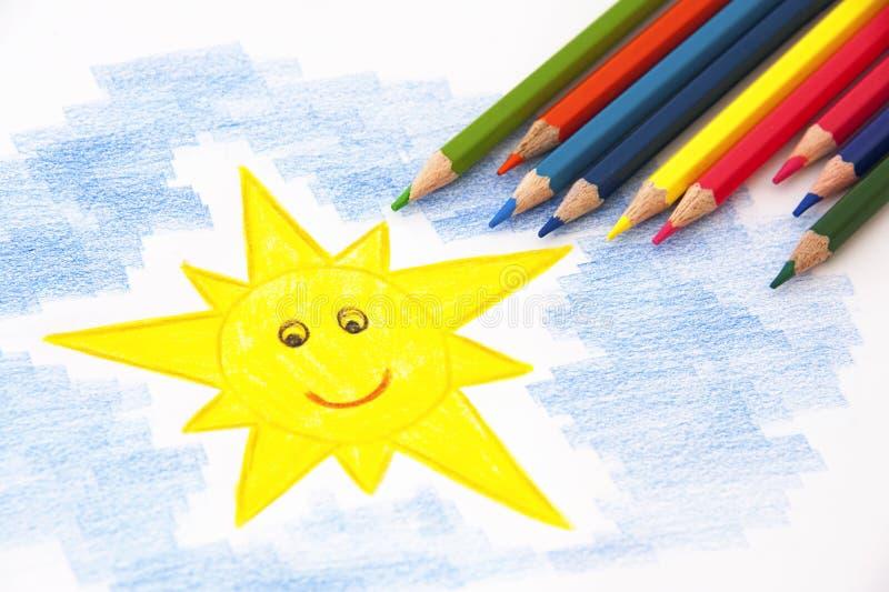Чертеж ребенка с карандашами стоковая фотография rf