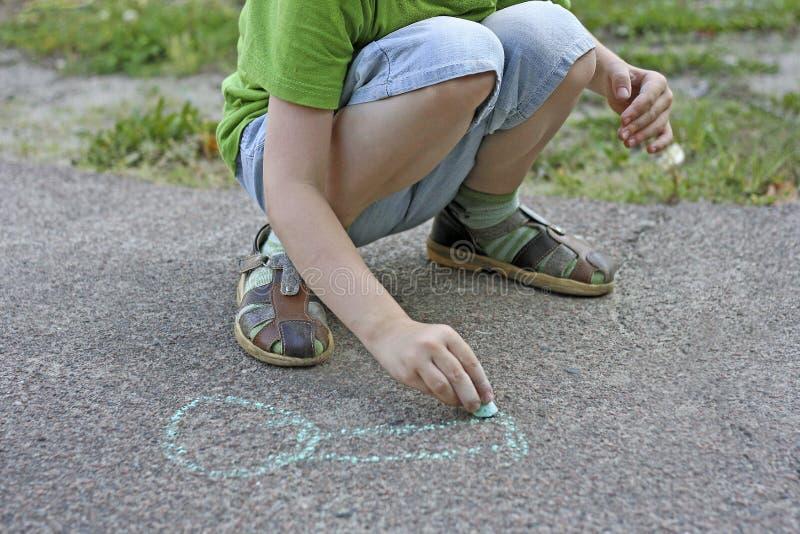 Чертеж ребенка с мелком стоковые фотографии rf