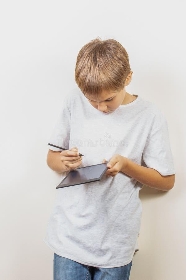 Чертеж ребенк с ручкой графического планшета и грифеля стоковая фотография rf
