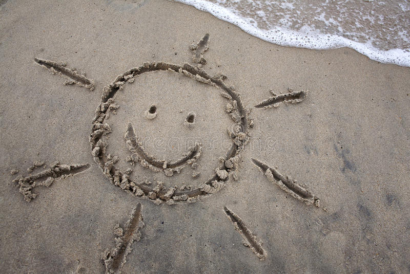 Чертеж Солнця в песке - весенних каникулах стоковые фото
