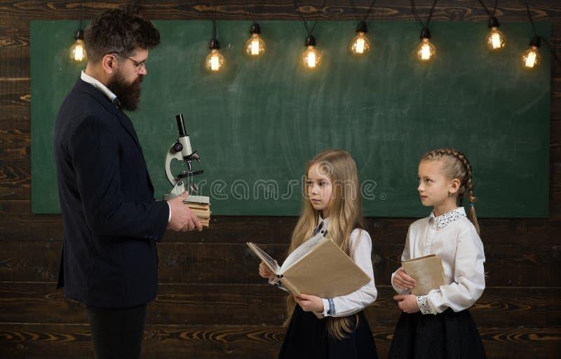 Чертеж учителя с ее маленьким студентом на чертеже мальчика школы милом Зрачок порции учителя в классе на стоковое фото