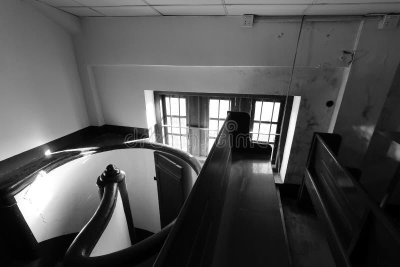 Чердак европейского стиля малый с вращая изображением лестниц черно-белым стоковые изображения rf