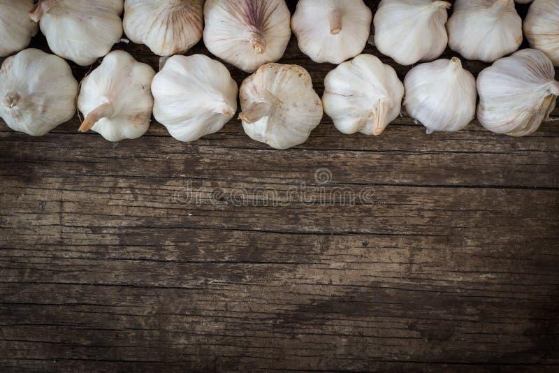 Чесноки на деревянной доске стоковое изображение rf