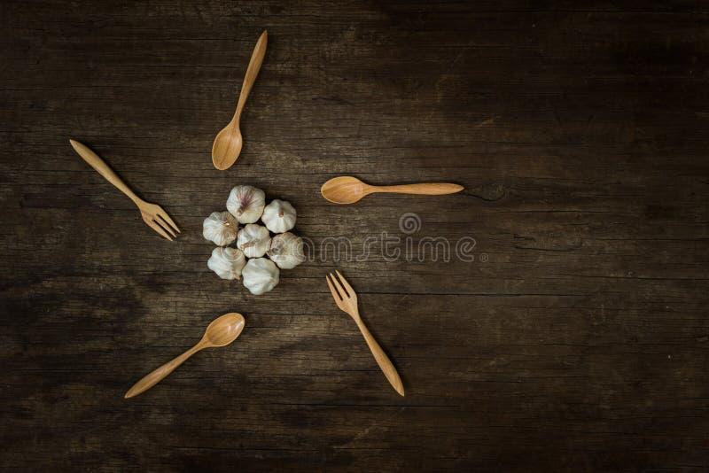 Чесноки на деревянной доске стоковая фотография