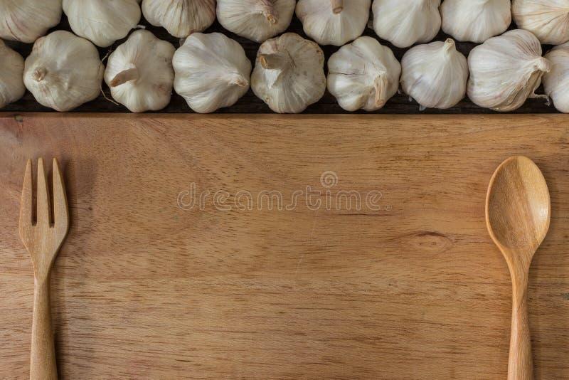 Чесноки на деревянной доске стоковые фотографии rf