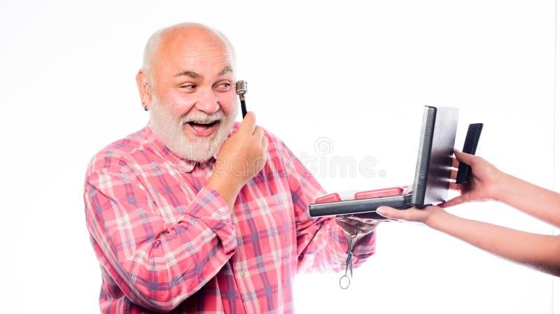 Честолюбивый небритый усик бритья старика и волосы бороды брить набор в случае если зрелый бородатый человек изолированный на бел стоковое изображение rf