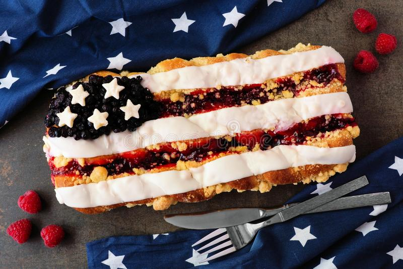 Четверть печенья флага в июле с оформлением праздника на камне стоковые фото
