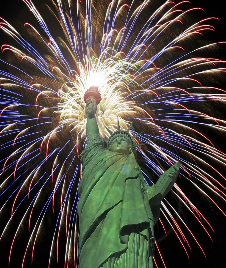 Четверть статуи свободы торжества фейерверков в июле стоковое изображение rf