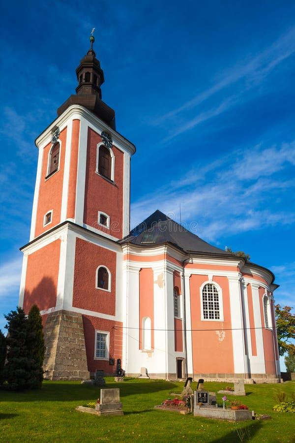 ЧЕХИЯ - 25-ОЕ СЕНТЯБРЯ 2012: Небольшая церковь в небольшой деревне в север стоковые изображения
