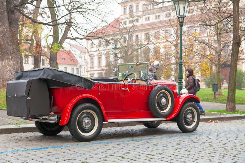 ЧЕХИЯ, ПРАГА, 29-ОЕ НОЯБРЯ 2014: Красный автомобиль ветерана на улице паркует на общественных дорогах стоковая фотография