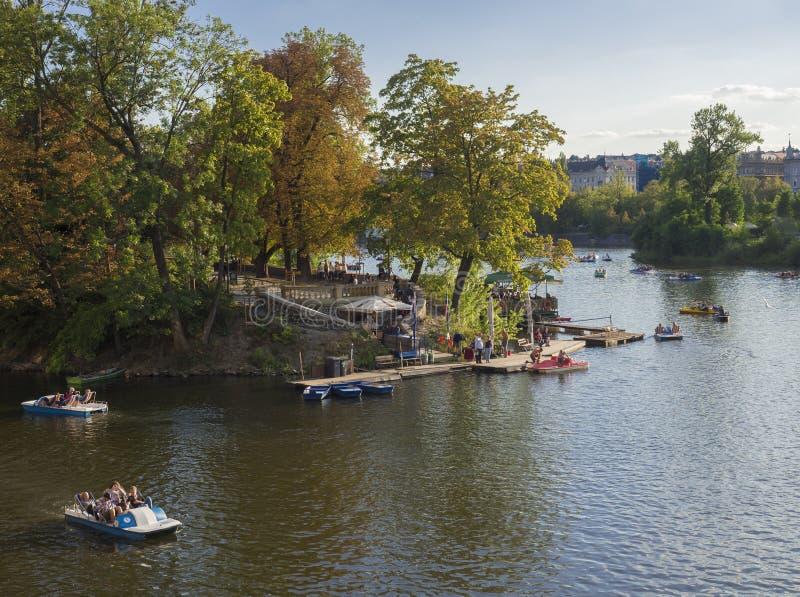 Чехия, Прага, 8-ое сентября 2018: Взгляд острова Strelecky в реке Влтаве при туристские люди ослабляя стоковое фото