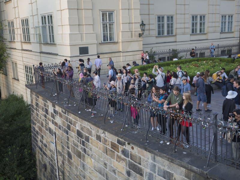 Чехия, Прага, 8-ое сентября 2018: Толпа изображения туристских людей takeing панорамы замка Праги дальше стоковое изображение rf