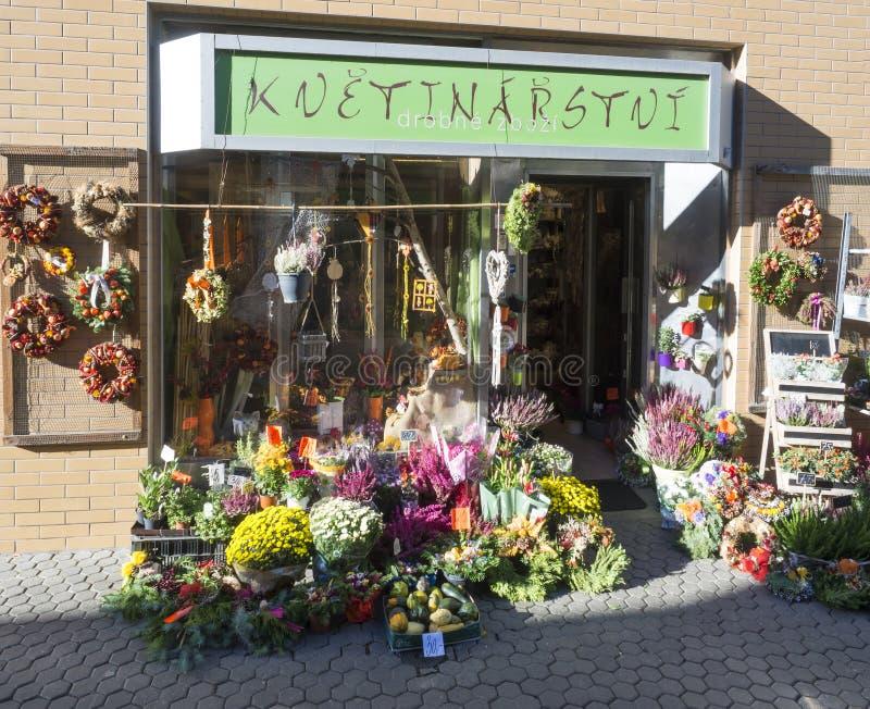 Чехия, Прага, Karlin, 31-ое марта 2019: окно магазина флориста, вход украшенный с planty показанный стоковое изображение