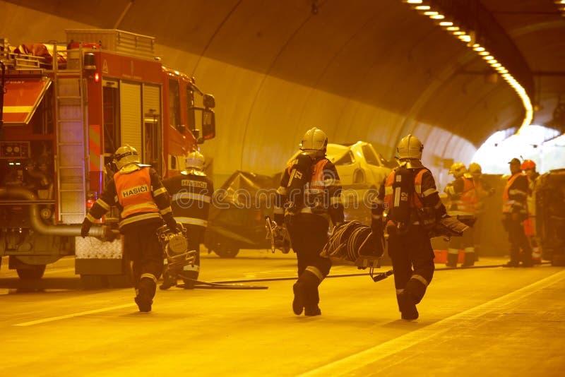 ЧЕХИЯ, PLZEN, 30-ОЕ СЕНТЯБРЯ 2015: Спасательная команда работая на автокатастрофе стоковые фото