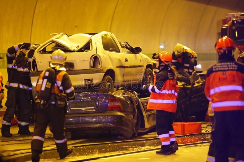 ЧЕХИЯ, PLZEN, 30-ОЕ СЕНТЯБРЯ 2015: Спасательная команда работая на автокатастрофе стоковое фото