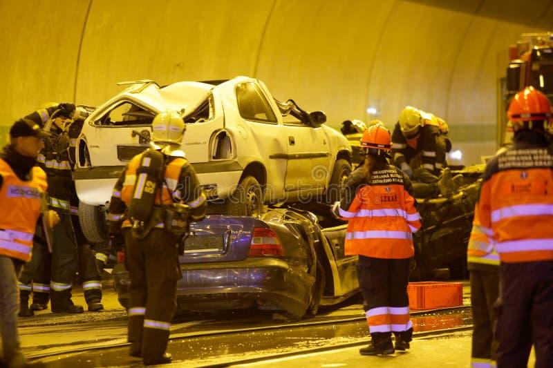 ЧЕХИЯ, PLZEN, 30-ОЕ СЕНТЯБРЯ 2015: Спасательная команда работая на автокатастрофе стоковое фото rf