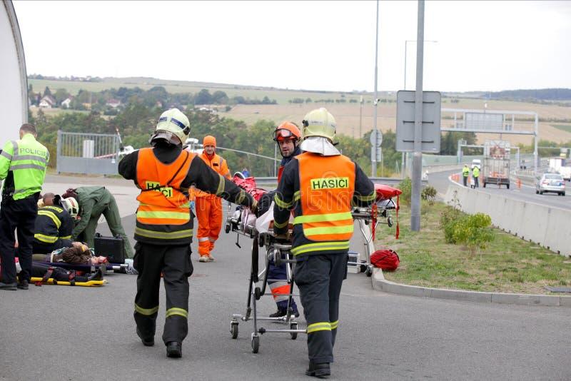 ЧЕХИЯ, PLZEN, 30-ОЕ СЕНТЯБРЯ 2015: Чехословакская спасательная команда, вертолет эвакуирует раненое после автомобильной катастроф стоковая фотография