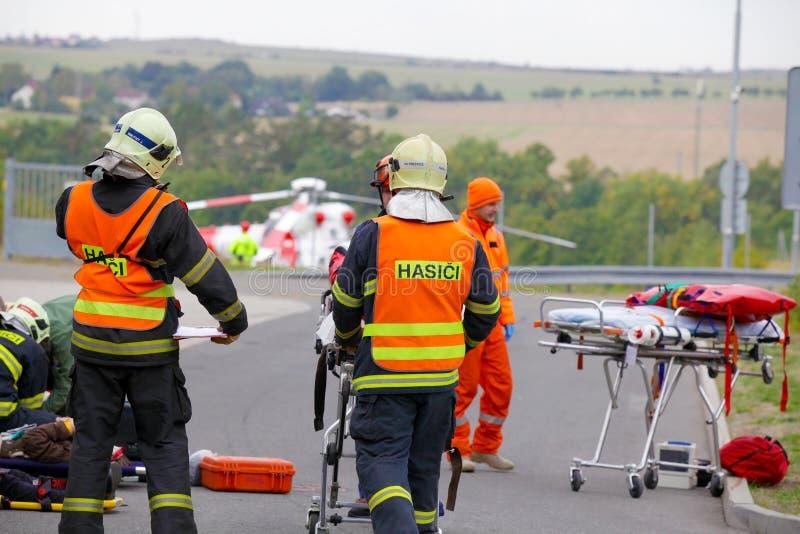 ЧЕХИЯ, PLZEN, 30-ОЕ СЕНТЯБРЯ 2015: Чехословакский вертолет спасения эвакуирует раненое после автомобильной катастрофы 30-ого сент стоковое изображение rf