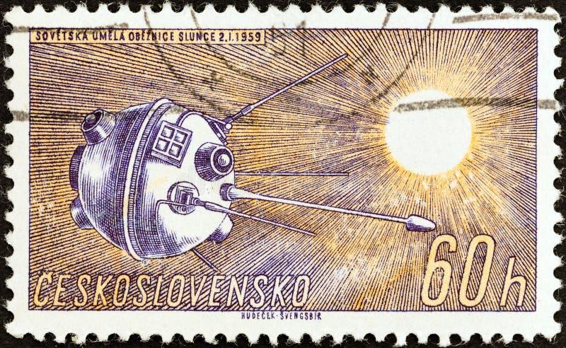 ЧЕХОСЛОВАКИЯ - ОКОЛО 1961: Печать напечатанная в Чехословакии показывает луну 1, около 1961 стоковая фотография