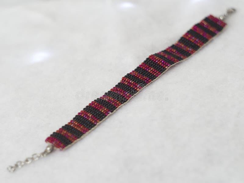 Чех отбортовывает браслет красный и черный стоковые фото