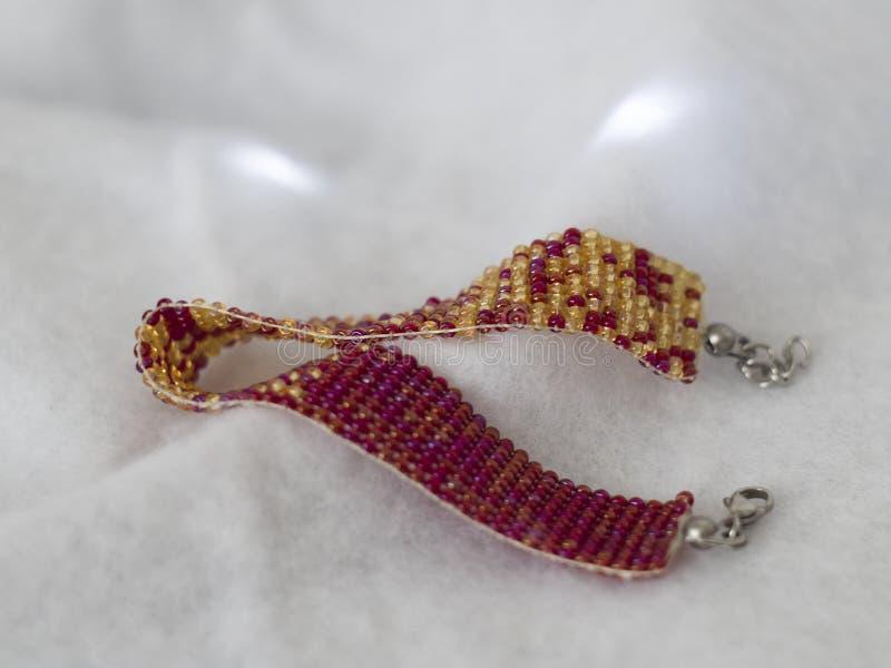 Чех отбортовывает красный цвет и золото браслета стоковое изображение