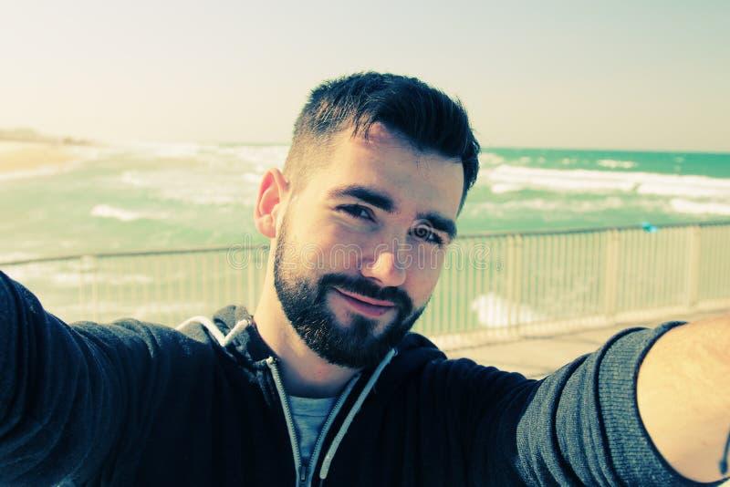 человека детеныши портрета outdoors стоковое фото