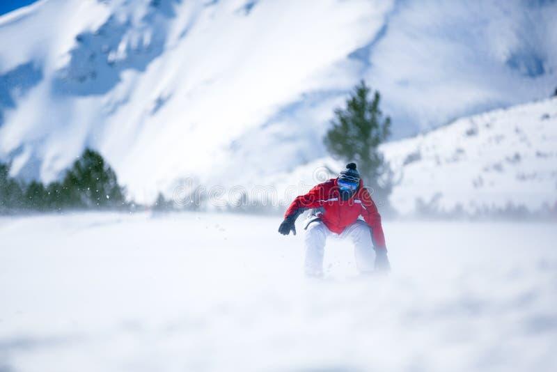 Человека сноубординга холм вниз стоковая фотография