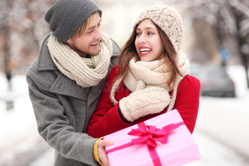 Человек давая женщине подарок сярприза стоковое изображение