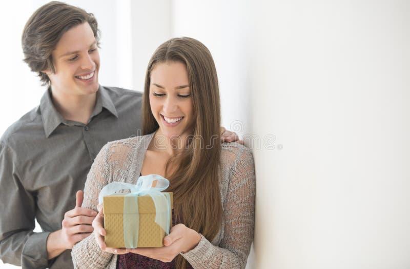 Человек давая подарок на день рождения к женщине стоковые фото