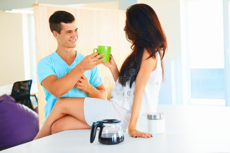 Человек давая чашку кофе к женщине стоковые изображения