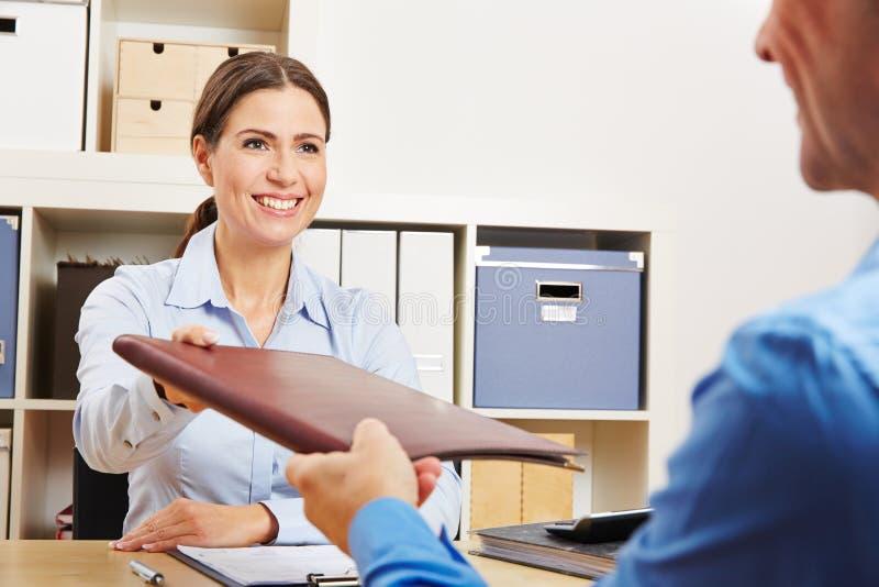 Человек давая résumé к HR в офисе стоковые фотографии rf