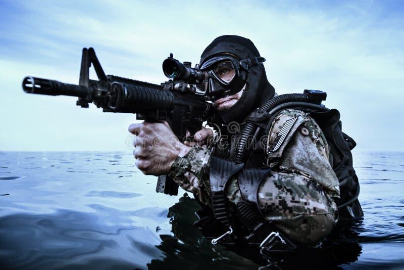 Человек-амфибия УПЛОТНЕНИЯ военно-морского флота стоковая фотография