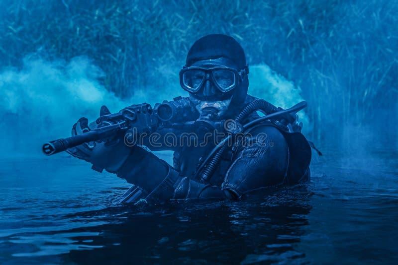 Человек-амфибия УПЛОТНЕНИЯ военно-морского флота стоковое изображение rf
