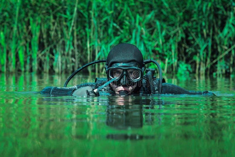 Человек-амфибия УПЛОТНЕНИЯ военно-морского флота стоковые изображения