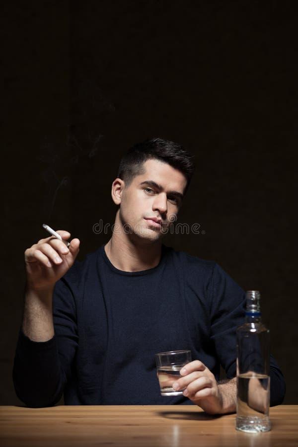 Человек алкоголичка стоковые изображения