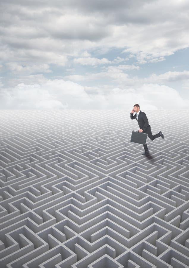 Человек бежать на лабиринте с облаками стоковая фотография