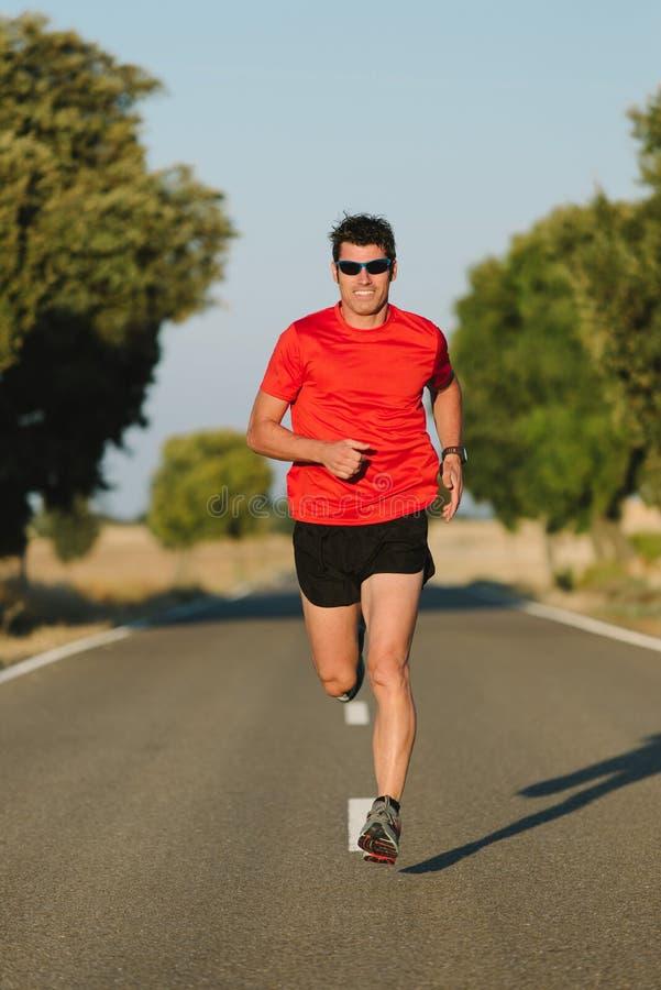 Человек бежать на дороге стоковая фотография