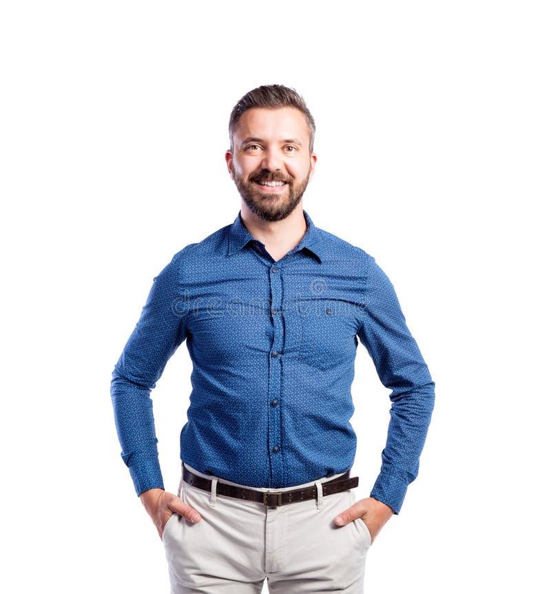Человек битника в голубой рубашке, изолированной съемке студии, стоковая фотография