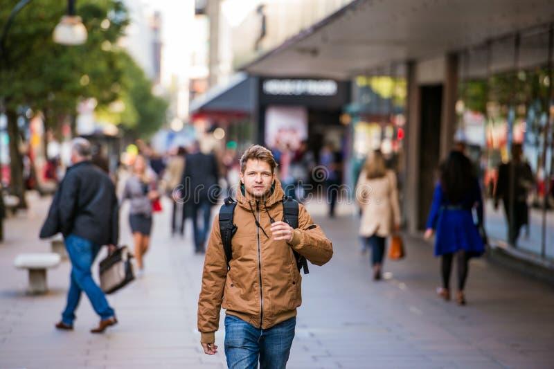 Человек битника идя в улицы Лондона стоковые фотографии rf