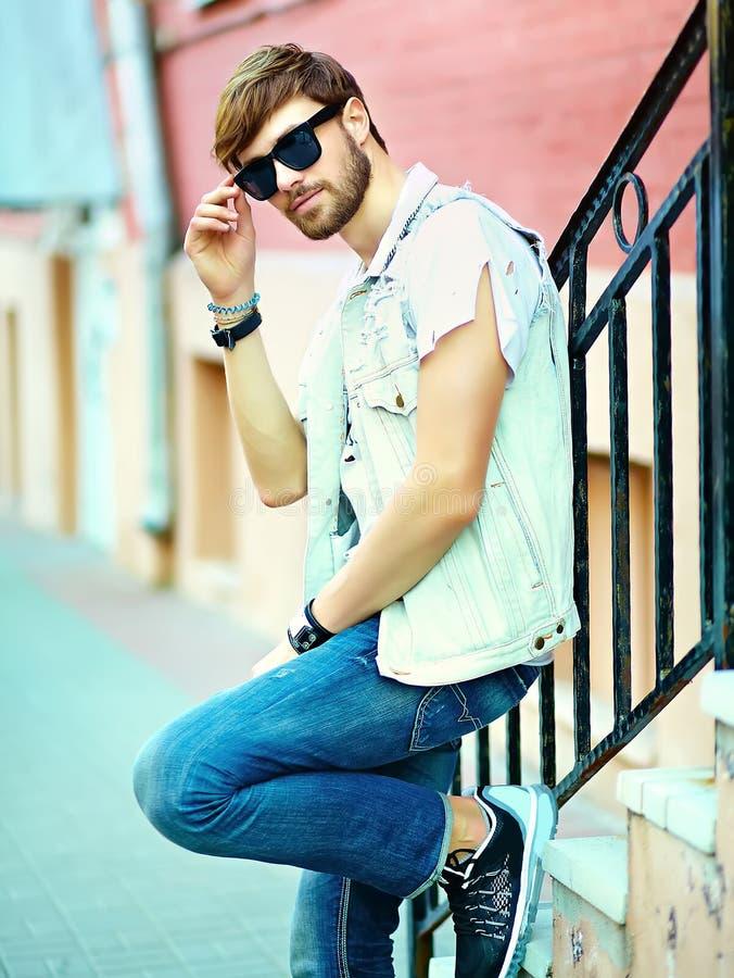 Человек битника красивый в стильном лете одевает в улице стоковое изображение