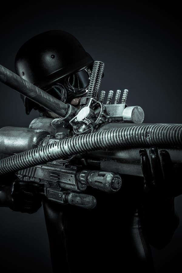 Человек будущего с большим оружием фантазии стоковая фотография