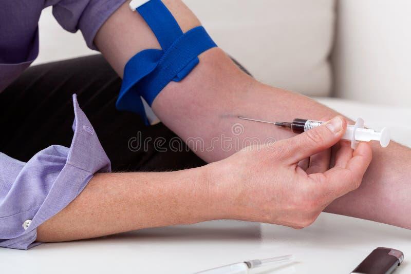 Download Человек впрыскивает лекарства Стоковое Фото - изображение насчитывающей одиночество, сиротливо: 40578806