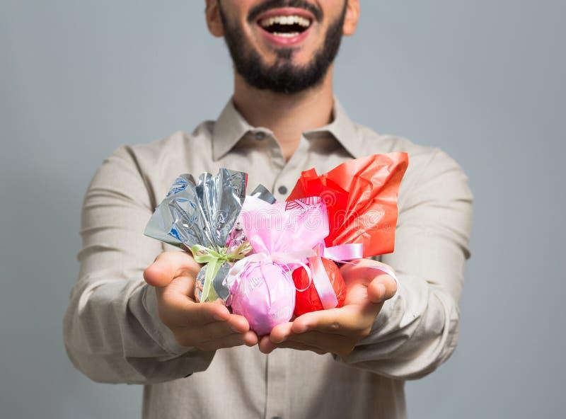 Человек вручая сортированные пасхальные яйца Бразильская традиция для того чтобы дать c стоковая фотография